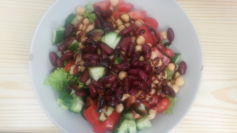 Salat mit Kidneybohnen, Kichererbsen und Balsamico-Creme.