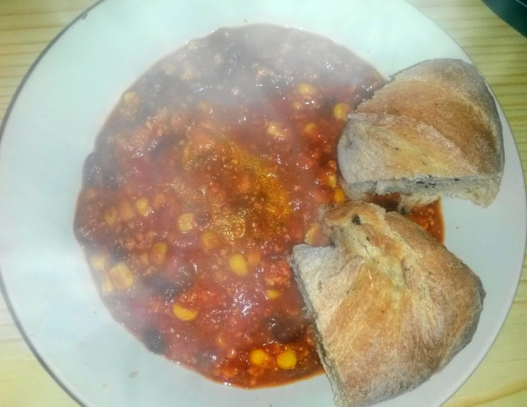 Chili sin Carne mit Brot