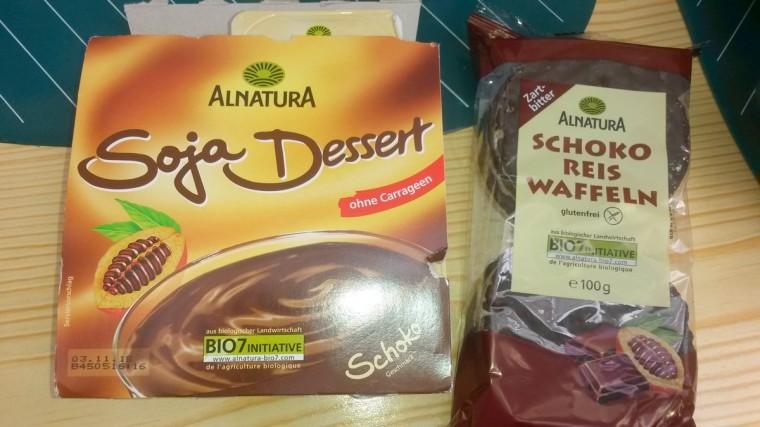 Soja-Dessert Schoko und Schoko-Reiswaffeln.