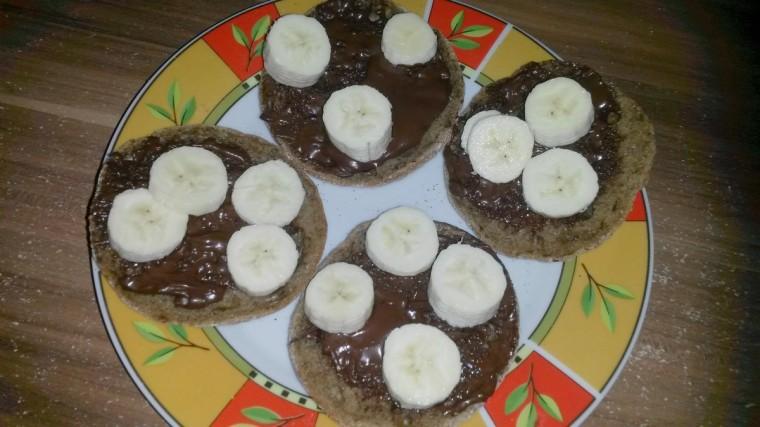 Brötchen mit selbstgemachtem Kakaoaufstrich und Bananen.