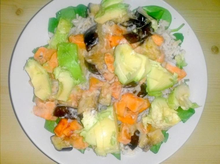 Reis-Bowl mit Süßkartoffeln und Avocado.